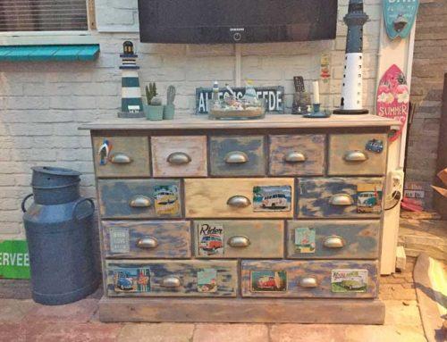 Een oude apothekerskast opknappen in beachlook stijl